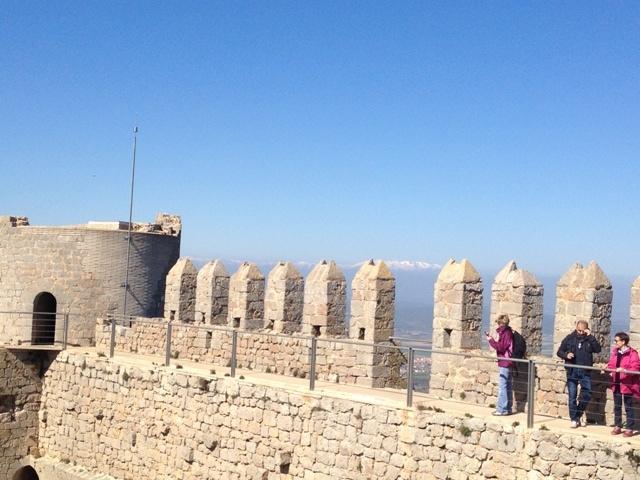 persones a les muralles i merlets del Castell de Montgrí