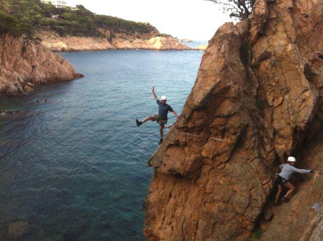 Colgado sobre el mar en la Costa Brava