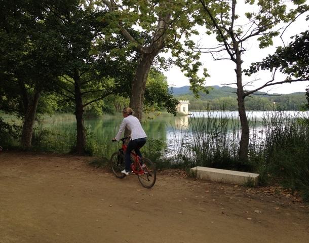 volta en bici a l'Estany de Banyoles
