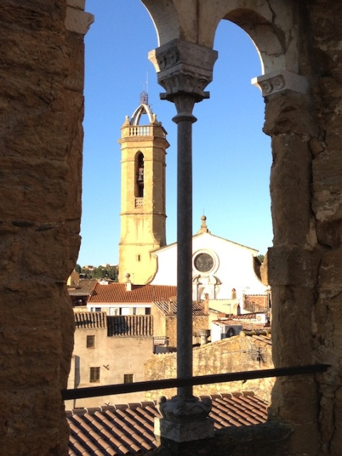 Vista església i campanar des de la finestra medieval estant