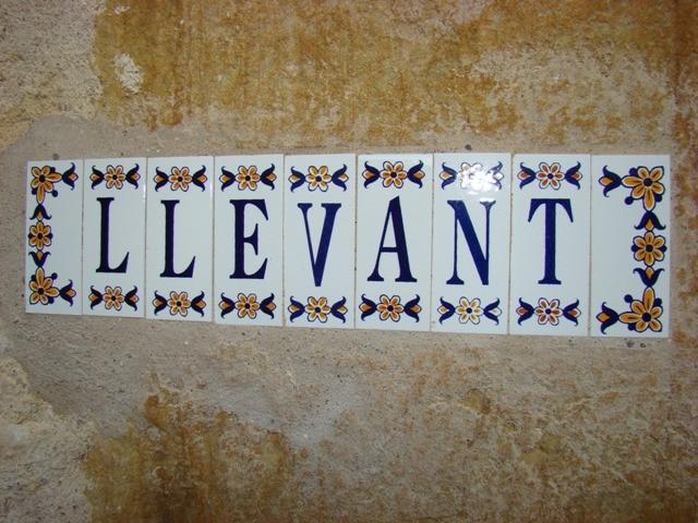 Llevant escrit en ceràmica de La Bisbal a la casa rural Mas Petit