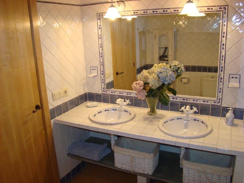 El bany de l'apartament Llevant és tot de ceràmica de La Bisbal