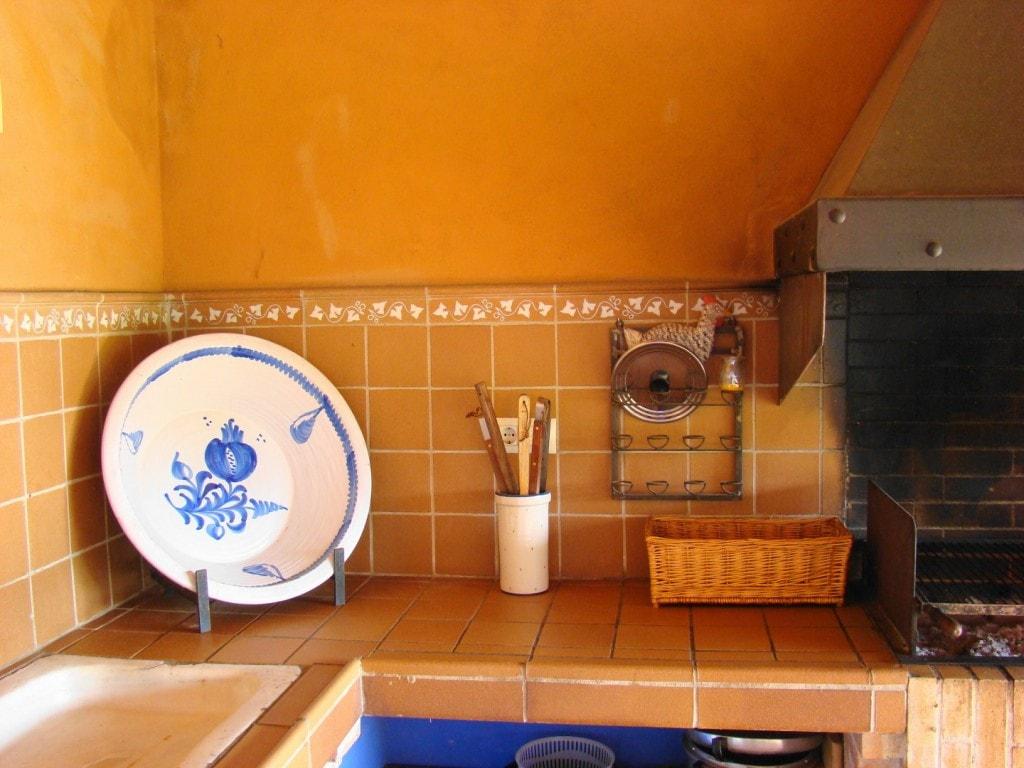 Detalle barbacoa con cerámica de La Bisbal en la casa rural Mas Petit