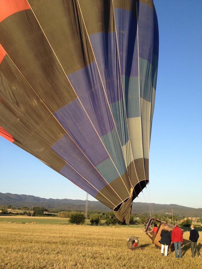 un globus aerostàtic a punt d'enlairar-se