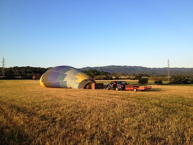 globo aerostático inflándose en medio del campo