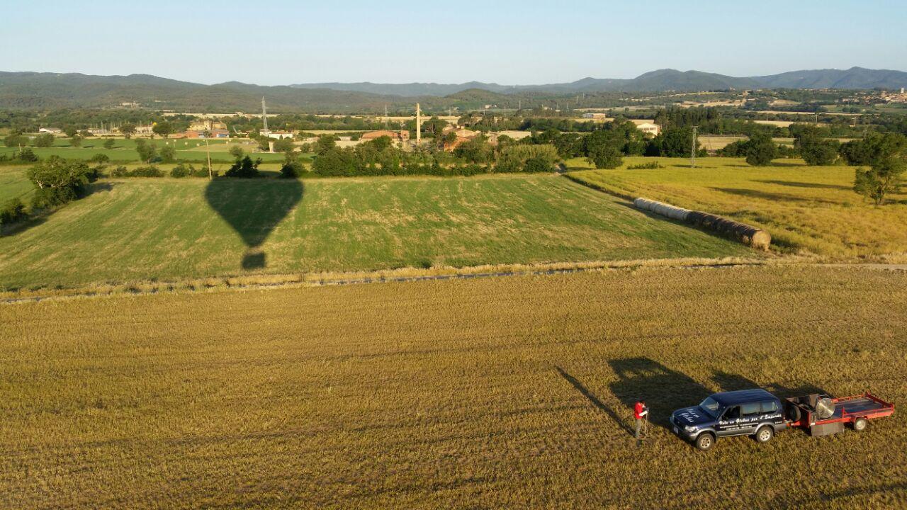 sombra de un globo aerostático que inicia su vuelo