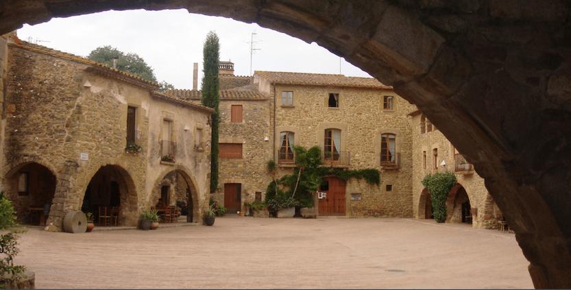 Monells, pueblo medieval con arcadas
